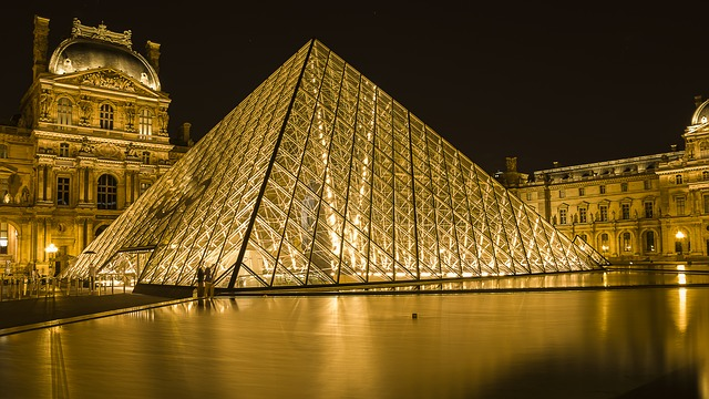 louvre museum paris at night illuminated pyramid