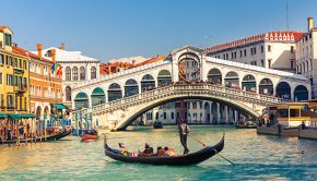best-things-to-do-in-venice-italy-gondola-under-the-rialto-bridge