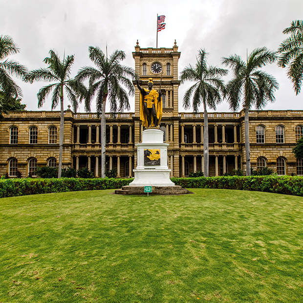 front courtyard of iolani palace