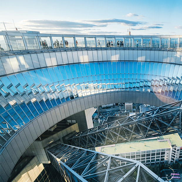 osaka-attractions-umeda-sky-building-glass-and-steel-impressive-japan-architecture-people-walking-at-the-top-in-the-sky